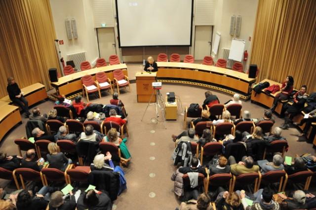 Bild zeigt das Rathaus und die Kulturstadträtin am Rednerpult