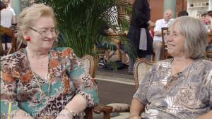 Foto zeigt 2 ältere Moabiterinnen in einem Café