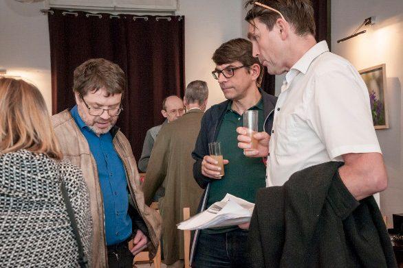 Bild zeigt Regisseur Olafur Sveinsson im Gespräch