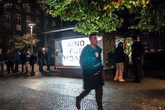 Bild zeigt die umgestaltete und erleuchtete Glasvitrine vor dem Rathaus