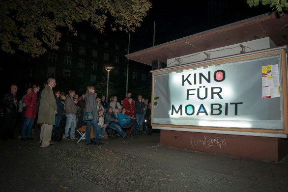 Bild zeigt Publikum beim Straßenkino in der Glasvitrine