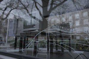 """Glasvitrine mit Installation """"Stadtgesichter"""""""