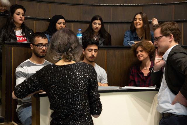 Bild zeigt Maren Dorner und Lukas Welz im Gespräch mit Zuschauer*innen