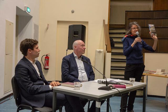 Bild zeigt Journalist Ronen Steinke , Organisatorin Maren Dorner und Moderator Volker Wagner vor der Lesung