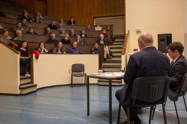 Bild zeigt Ronen Steinke und Moderator Volker Wagner im Gespräch mit dem Publikum im Hörsaal
