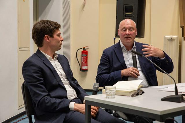 Bild zeigt Ronen Steinke und Moderator Volker Wagner im Gespräch