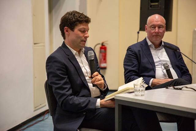 Bild zeigt Ronen Steinke und Moderator Volker Wagner