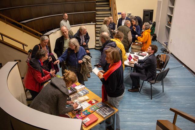 Bild zeigt Publikum im Hörsaal nach der Lesung mit Ronen Steinke