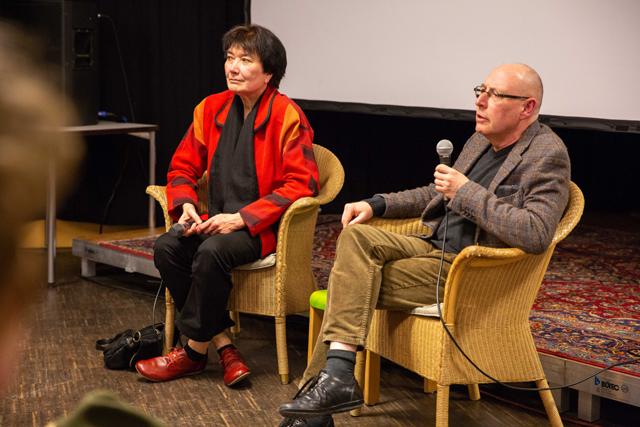 Bild zeigt Barbara Schieb, Wissenschaftliche Mitarbeiterin der Gedenkstätte Stille Helden und Moderator Karl Kröhnke nach der Vorführung