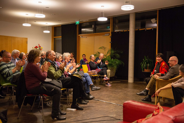 Bild zeigt das Publikum im Gespräch mit Gast Barbara Schieb und Moderator Karl Kröhnke