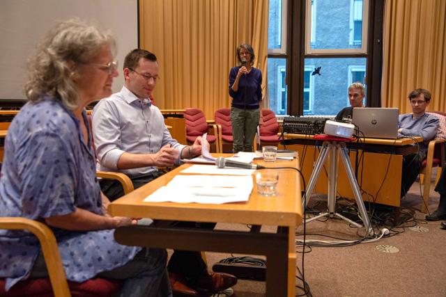 Bild zeigt Autor Philipp Dinkelaker und Moderatorin Susanne Torka, Sie waren Nachbarn e.V.  Im Hintergrund ist Organisatorin Maren Dorner zu sehen