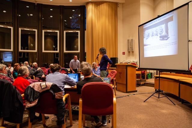 Bild zeigt Maren Dorner zur Einführung vor Zuschauer*innen der Lesung im BVV-Saal des Rathauses in Moabit