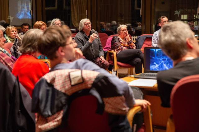 Bild zeigt Zuschauergespräch bei der Lesung mit Philipp Dinkelaker