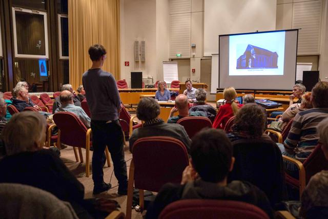 Bild zeigt das Auditorium der Lesung mit Philipp Dinkelaker im BVV-Saal des Rathauses in Moabit