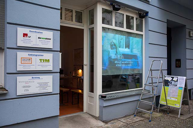 """Bild zeigt das Ladenlokal-Fenster des Stadtteilladens Moabit mit Videoinstallation """"Bei uns nichts Neues"""" © Foto: Susanne Elgeti"""