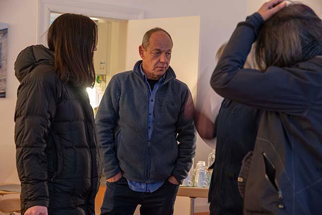Bild zeigt Shimon Lev, Fotograf und Filmemacher, im Gespräch mit Teilnehmerinnen © Foto: Susanne Elgeti
