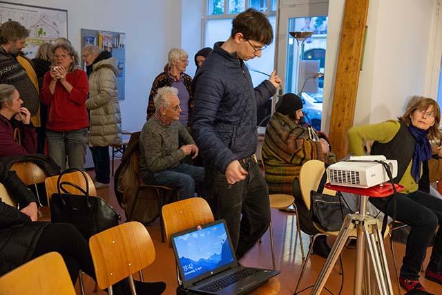 """Bild zeigt Zuschauer*innen bei der Veranstaltung """"Bei uns nichts Neues. Menschen von heute lesen Briefe einer jüdischen Familie in Berlin, 1940–1943"""" © Foto: Susanne Elgeti"""
