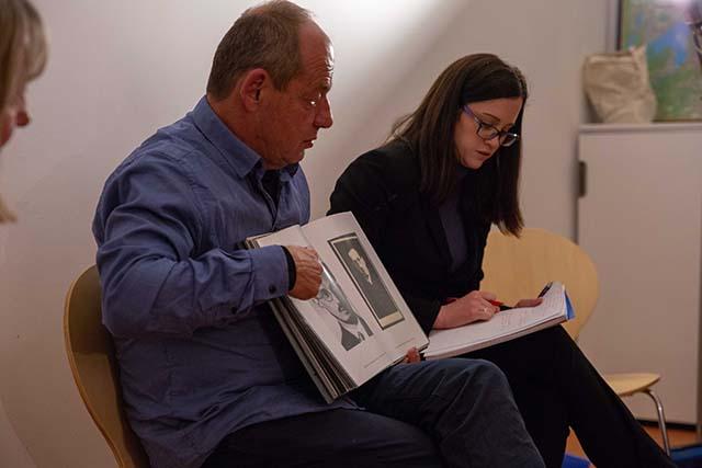 Bild zeigt den Filmemacher Shimon Lev, daneben Kaleen Gallagher, Dolmetscherin © Foto: Susanne Elgeti
