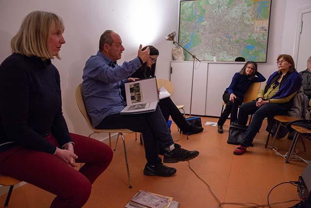 Bild zeigt Shimon Lev, Fotograf und Filmemacher, im Gespräch mit den Zuschauer*innen im Stadtteilladen Moabit © Foto: Susanne Elgeti