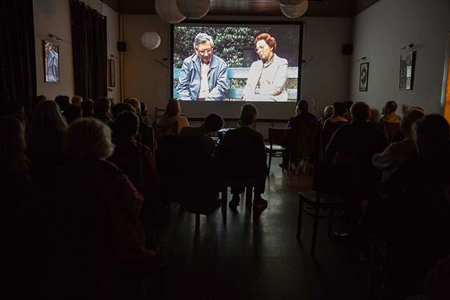"""Bild zeigt die Filmvorführung """"Zuflucht – Berliner Juden im Versteck"""" (1985, Carl-Ludwig Paeschke, Heiko Roskamp) in der Zunftwirtschaft Moabit © Foto: Susanne Elgeti"""