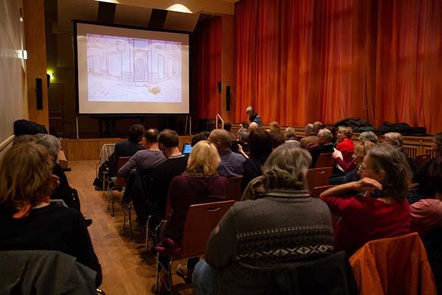 """Bild zeigt das Publikum bei der Filmvorführung von """"Bei den Jekkes ist es schwieriger"""" (2017, Yuval Gidron) im Konzertsaal der Musikschule Fanny Hensel © Foto: Susanne Elgeti"""