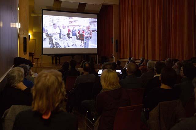 """Bild zeigt die Filmvorführung von """"Bei den Jekkes ist es schwieriger"""" (2017, Yuval Gidron) im Konzertsaal der Musikschule Fanny Hensel © Foto: Susanne Elgeti"""