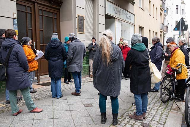 Bild zeigt Teilnehmer*innen während der Führung auf dem Deportationsweg von der Levetzowstraße zum ehemaligen Güterbahnhof Moabit © Foto: Susanne Elgeti