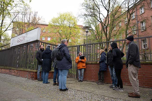 Bild zeigt Teilnehmer*innen zu Beginne der Führung auf dem Deportationsweg von der Levetzowstraße zum ehemaligen Güterbahnhof Moabit © Foto: Susanne Elgeti