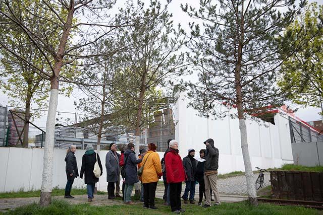 Bild zeigt Teilnehmer*innen der Führung auf dem Deportationsweg von der Levetzowstraße zum ehemaligen Güterbahnhof Moabit © Foto: Susanne Elgeti