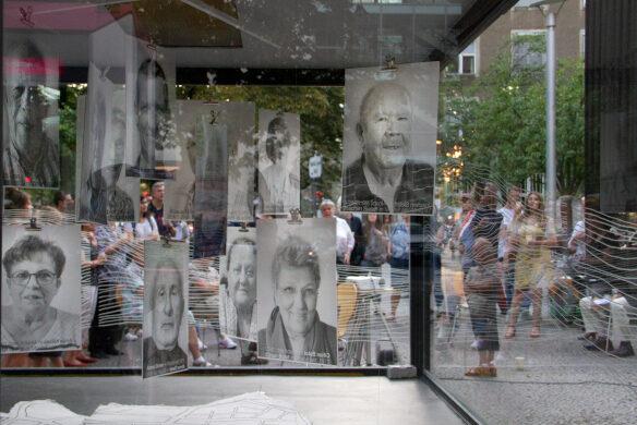 Ausstellungsvitrine bei der Eröffnung